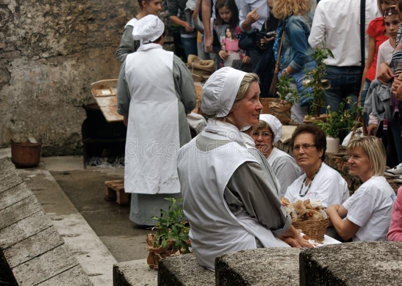 Blanchisseuses traditionnelles à la reconstitution historique dans Valvasone photographie stock libre de droits