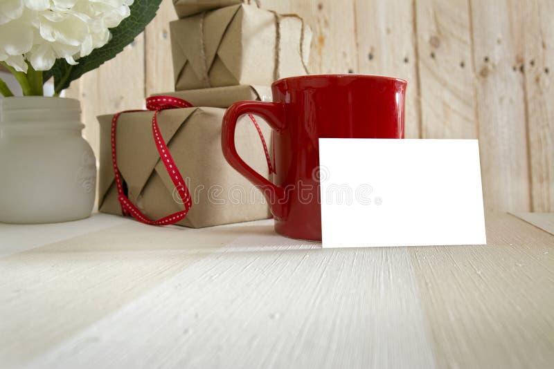 Blanckadreskaartje, rode de koffiekop van de giftdoos royalty-vrije stock foto's