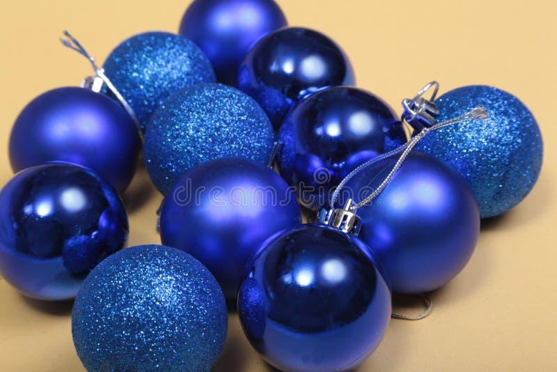 Blanco aislado decoración de la Navidad Cajas de regalo rojas y de oro con tres la bola, ornamento floral Visión superior Composi foto de archivo