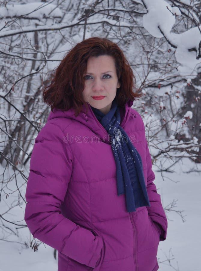 Blanco al aire libre sonriente de la moda de la persona de la nieve de la cara de la gente del modelo de la diversión del bosque  imágenes de archivo libres de regalías