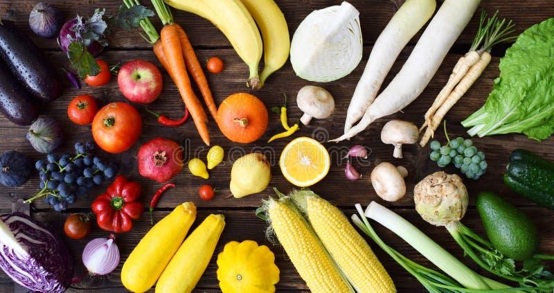 Blanco, amarillo, verde, naranja, frutas y verduras rojas, púrpuras en fondo de madera Alimento sano Comida cruda multicolora foto de archivo libre de regalías