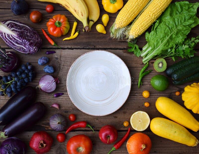 Blanco, amarillo, verde, naranja, frutas y verduras rojas, púrpuras en fondo de madera Alimento sano Comida cruda multicolora y foto de archivo libre de regalías