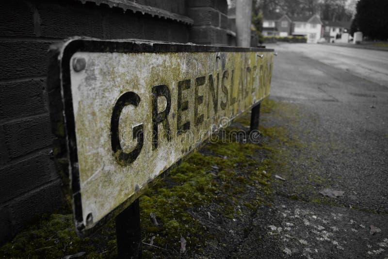 Blanco de la señal de tráfico y negro verdes foto de archivo