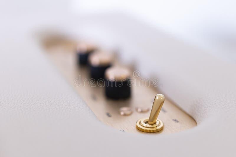 Blanco del sistema audio con el oro, el panel de los ajustes de los sonidos foto de archivo