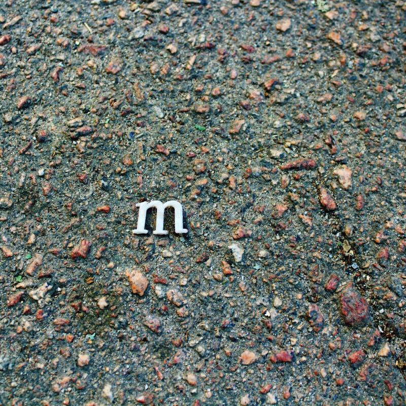 Blanco, fondo, letra, m, gris, asfalto, grunge, diseño, sucio, modelo, textura, vieja, concepto, urbano, de piedra, camino, calle imagen de archivo libre de regalías