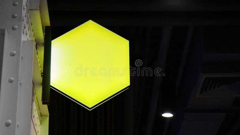 Blanco hexagon lightbox-signaal hangt aan wand stock afbeelding