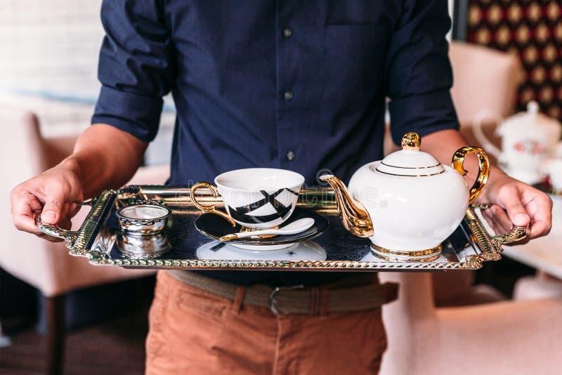 Blanco inglés de la porcelana del vintage, oro e infuser negro de los juegos de té incluyendo la tetera, de la taza de té, de la  fotografía de archivo