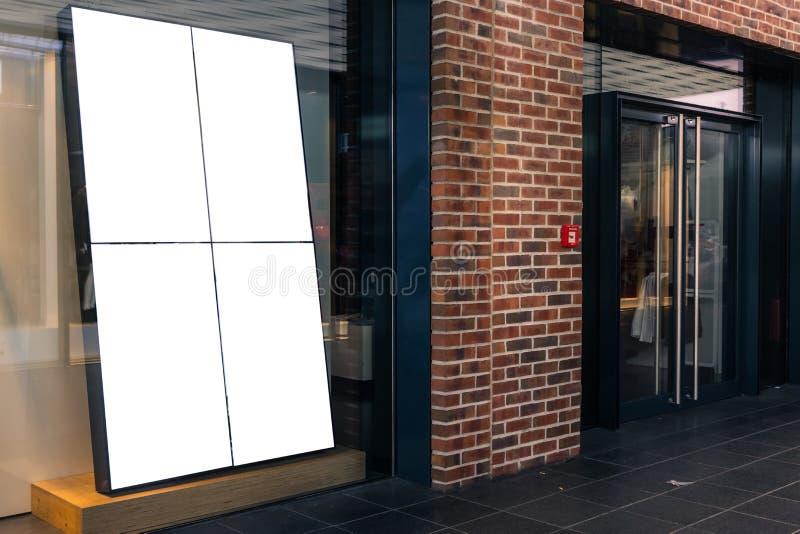 Blanco Isolat de la maqueta de Front Window Display Upscale Mall de la tienda de la tienda fotografía de archivo