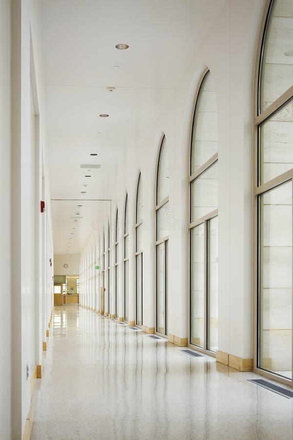 Blanco largo del pasillo del vestíbulo foto de archivo libre de regalías
