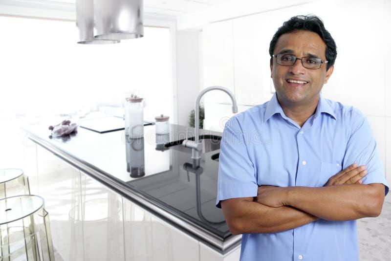 Blanco moderno interior de la cocina del hombre latino indio imágenes de archivo libres de regalías