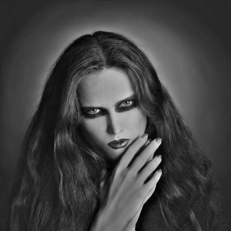 Blanco negro artístico de la mujer gótica oscura del retrato imagen de archivo libre de regalías