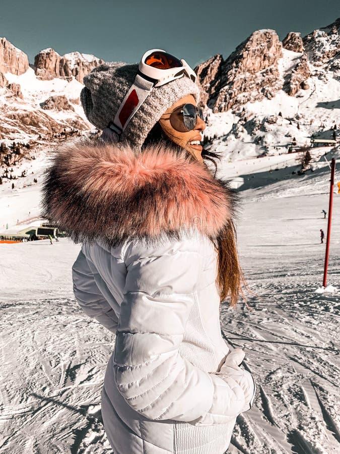 Blanco nevado día de invierno en altas montañas imágenes de archivo libres de regalías