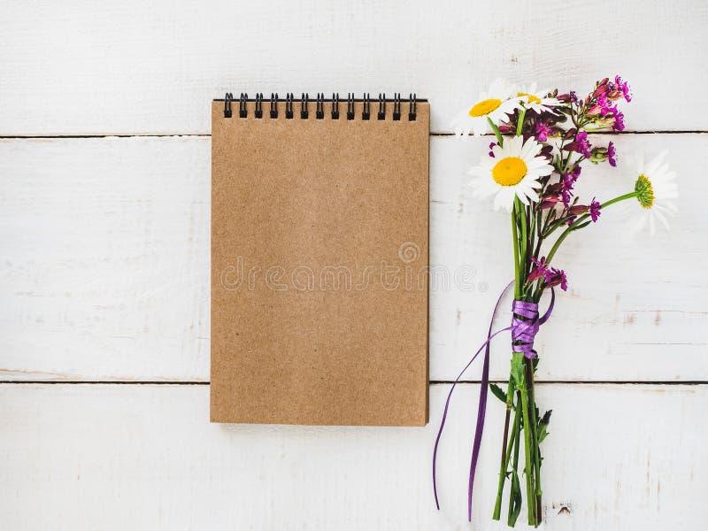 Blanco pagina en boeket van wildflowers stock foto