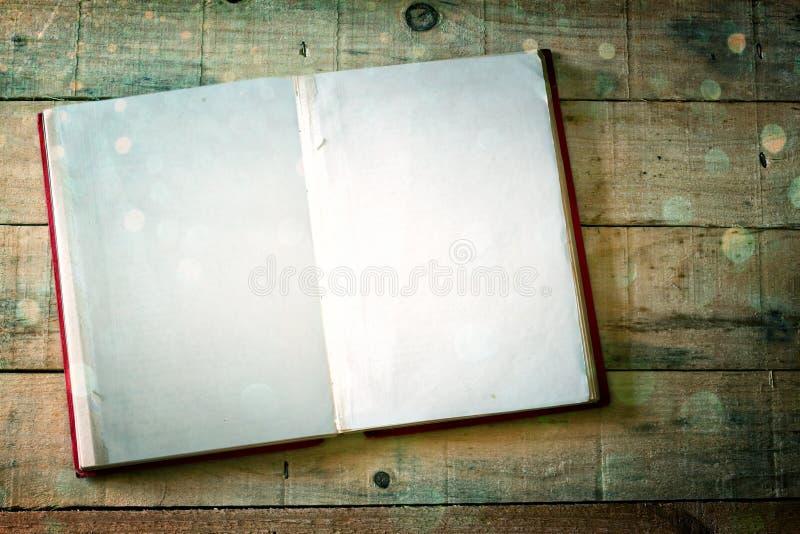 Blanco pagina's van open boek over houten lijst. dwarsproceseffect, royalty-vrije stock fotografie