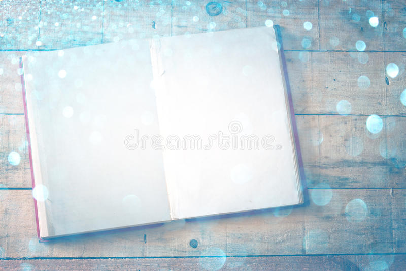 Blanco pagina's van open boek over houten lijst. dwarsproceseffect, stock foto's