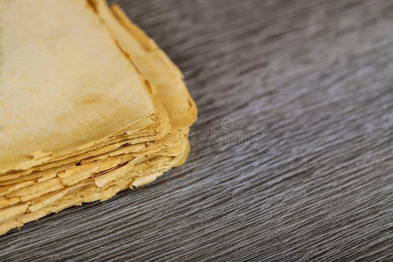 Blanco pagina's van oud boek op houten achtergrond royalty-vrije stock fotografie