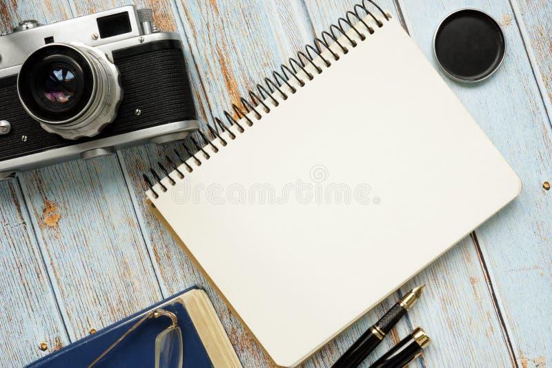 Blanco pagina van blocnote en retro fotocamera royalty-vrije stock fotografie