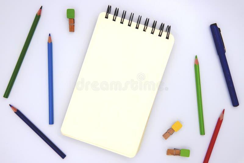 Blanco pagina van het schetsen van stootkussen met kleurpotlood op witte, hoogste meningsfoto De klasse van de kinderenkunst of d stock afbeelding