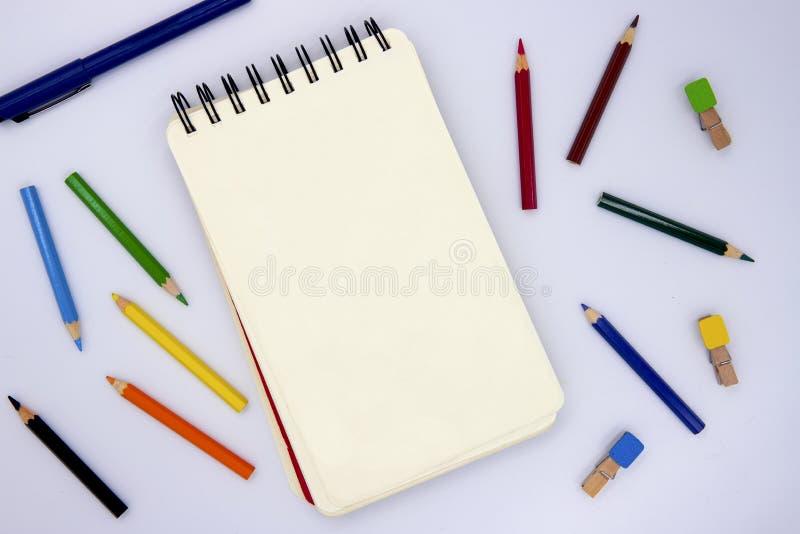 Blanco pagina van het schetsen van stootkussen met potlood op witte, hoogste meningsfoto De klasse van de jonge geitjeskunst of d stock afbeelding