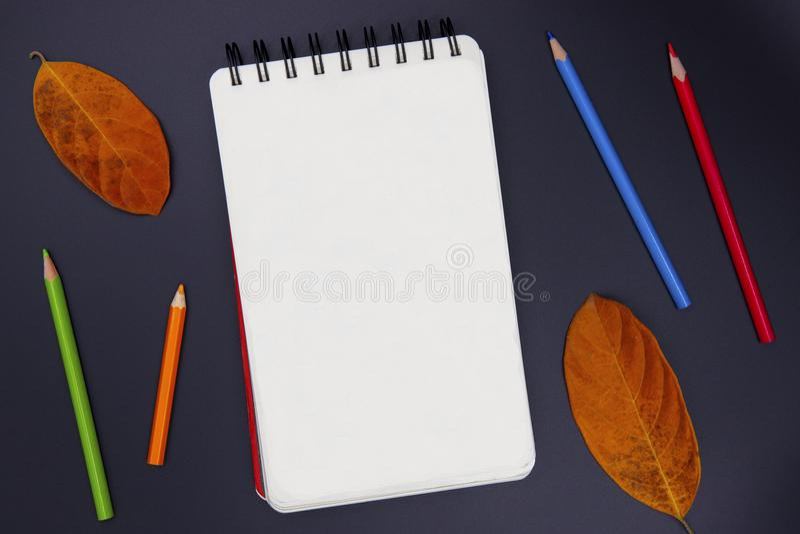 Blanco pagina van het schetsen van stootkussen, potlood en de herfstblad op zwarte, hoogste meningsfoto Van de de kunsthobby van  royalty-vrije stock afbeeldingen
