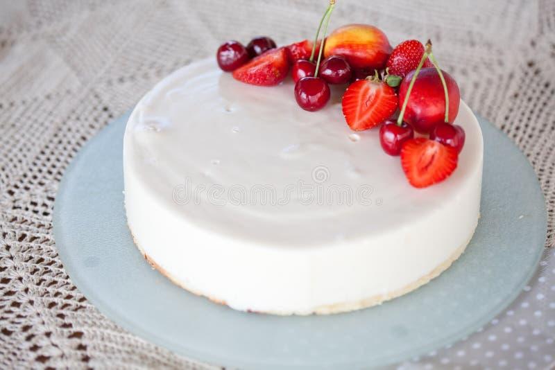 _blanco poner crema formación de hielo torta con fruta fotografía de archivo libre de regalías