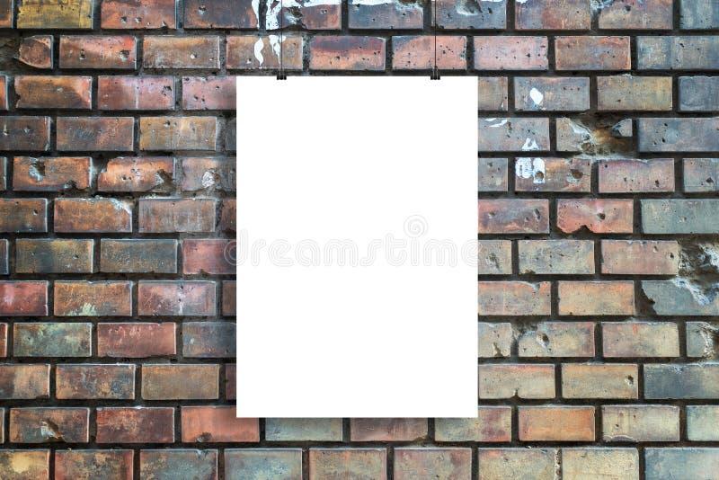 Blanco poster hangt voor de muur van de straten van de stad stock foto