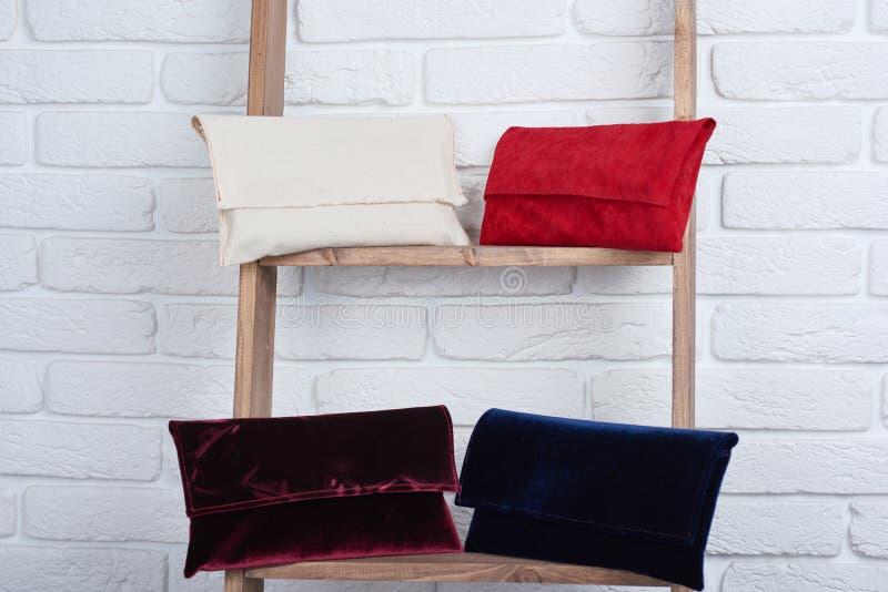 Blanco, rojo, Borgoña y las mujeres azules s empaqueta imagen de archivo libre de regalías