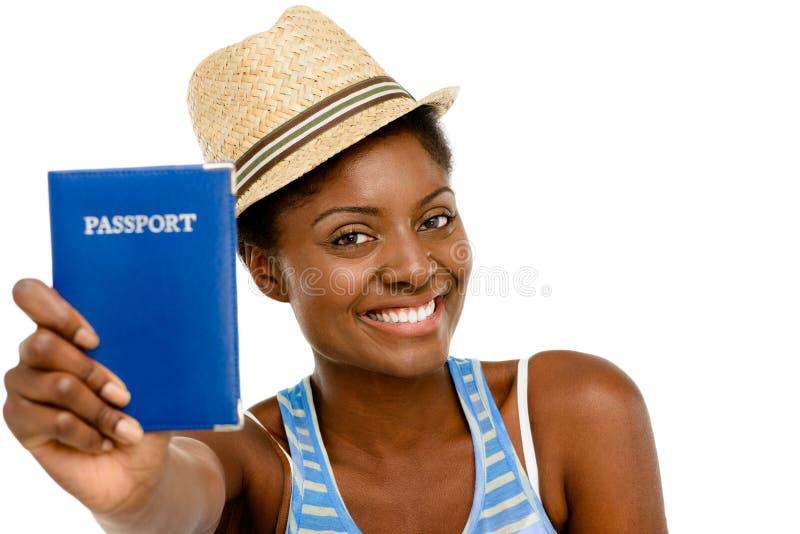 Blanco turístico del pasaporte de la mujer que se sostiene afroamericana feliz trasero foto de archivo libre de regalías