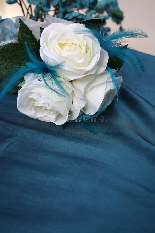 Blanco y flores de seda de la boda del trullo fotos de archivo libres de regalías