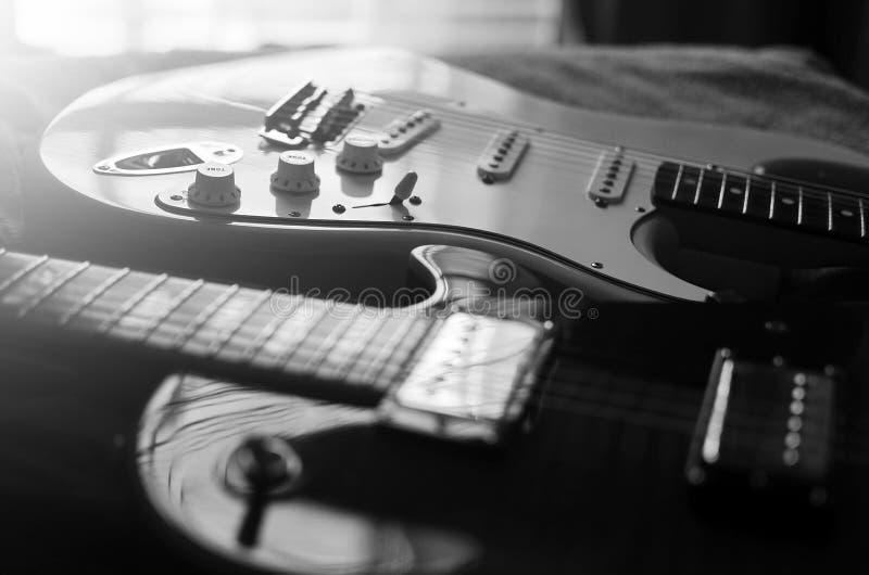 Blanco y negro abstracto macro de la guitarra eléctrica fotografía de archivo