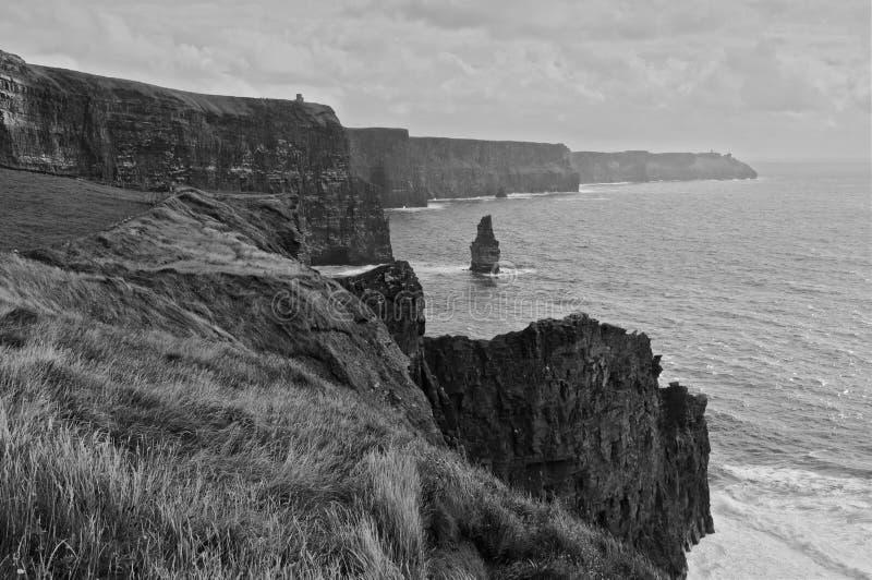 Blanco y negro de paisaje marino escénico al oeste de Irlanda fotos de archivo