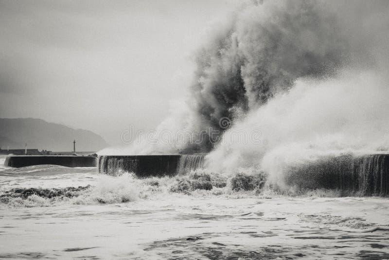 Blanco y negro de un tifón que golpea la costa de Yilan, Taiwán foto de archivo