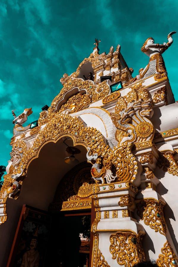 Blanco y PAGODA del oro en fondo del cielo en el templo en Chiang Mai, Tailandia fotos de archivo libres de regalías