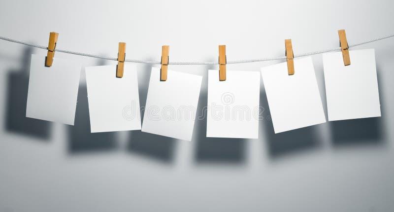 Blancs de livre blanc sur la corde image libre de droits