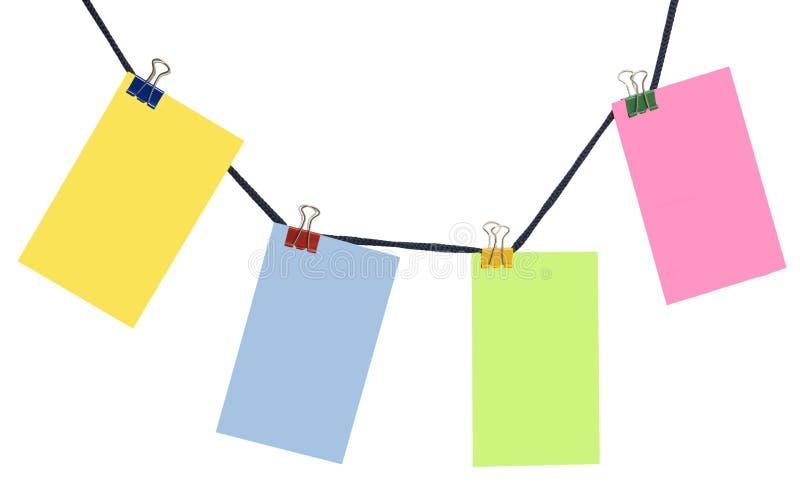 Blancs de papier de couleur sur une corde photographie stock