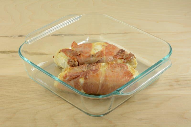 Blancs de poulet enveloppés par prosciutto desséchés photo libre de droits