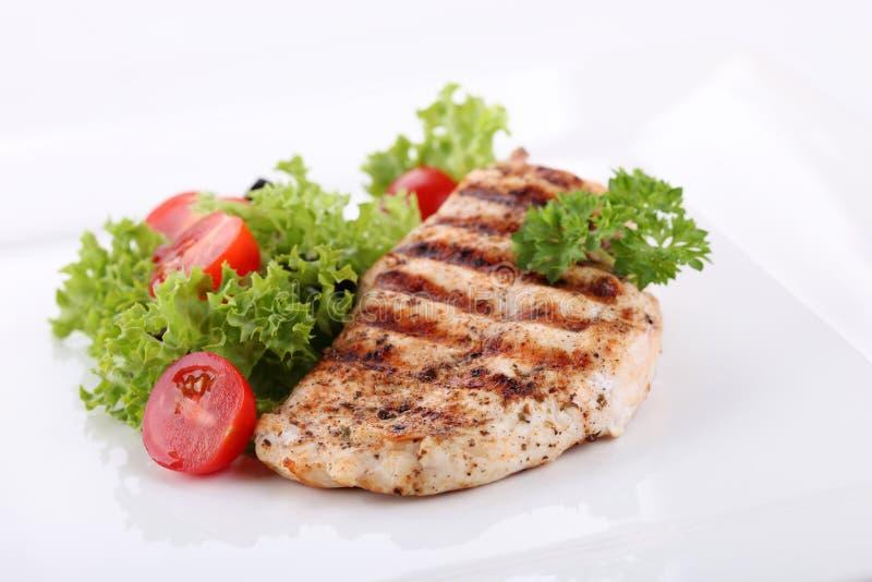 Blancs de poulet grillés avec les légumes frais image stock