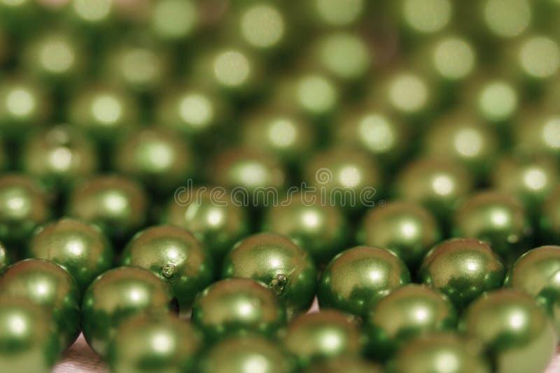 Blancs multicolores pour des perles en gros plan Macro photo sur un fond rouge photos libres de droits