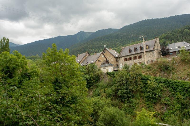 Bland bergen av dalen av aranen i Lleida arkivbilder