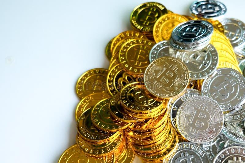 Bland högar av guld- och silverbitcoin- och blockchainknutpunkter lite varstans Blockchain överför faktiskt cryptocurrencybegrepp arkivfoto