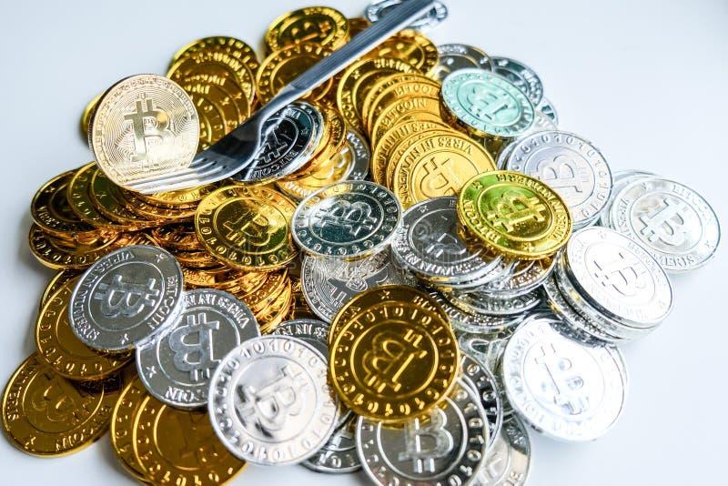 Bland högar av guld- och silverbitcoin- och blockchainknutpunkter lite varstans Blockchain överför faktiskt cryptocurrencybegrepp royaltyfri fotografi