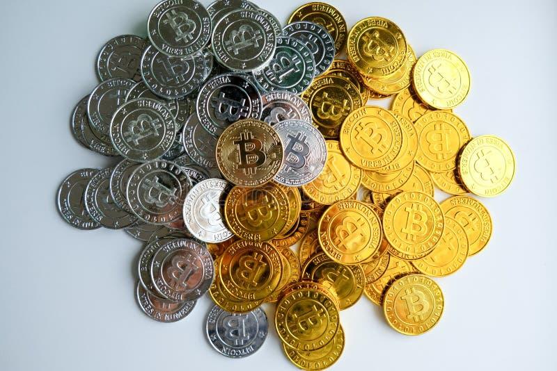 Bland högar av guld- och silverbitcoin- och blockchainknutpunkter lite varstans Blockchain överför faktiskt cryptocurrencybegrepp royaltyfria bilder