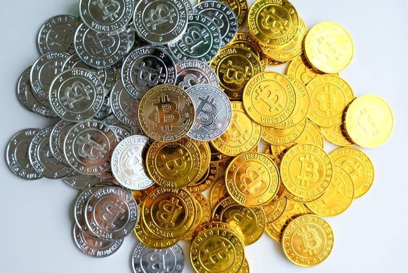 Bland högar av guld- och silverbitcoin- och blockchainknutpunkter lite varstans Blockchain överför faktiskt cryptocurrencybegrepp royaltyfri foto