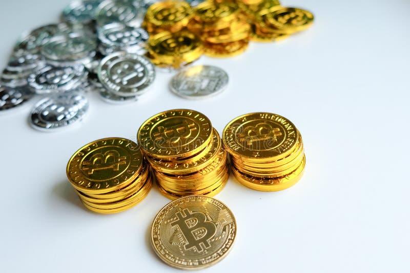 Bland högar av guld- och silverbitcoin- och blockchainknutpunkter lite varstans Blockchain överför faktiskt cryptocurrencybegrepp royaltyfri bild