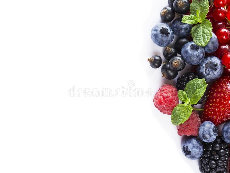 Blanda bär och frukter på gränsen av bilden med kopieringsutrymme för text Mogna blåbär, björnbär, jordgubbar, vinbär och str arkivbilder