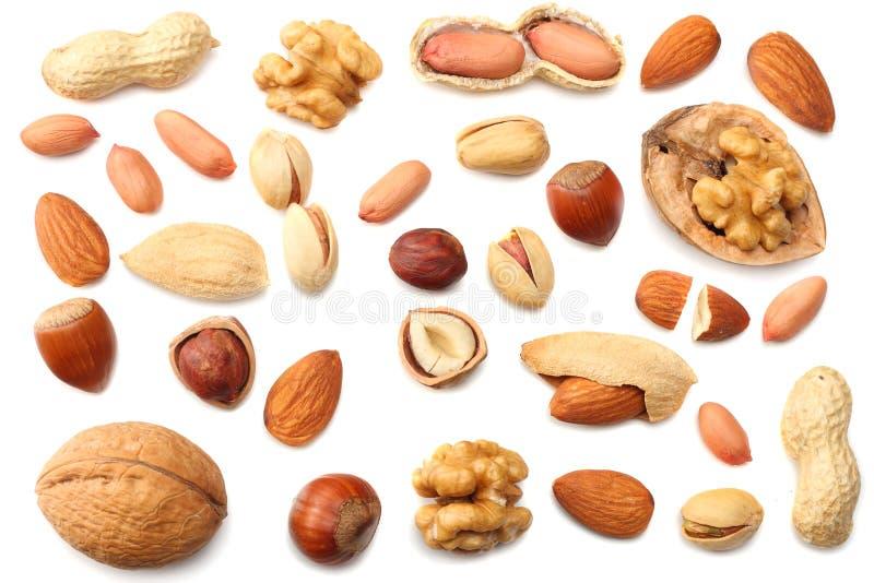 blanda mandlar, kasjuer, hasselnöten, jordnötter, valnötter, pistaschen som isoleras på vit bakgrund Top beskådar arkivbild