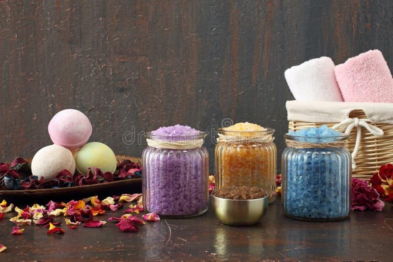 Blandad badsalt för Aromatherapy arkivfoto
