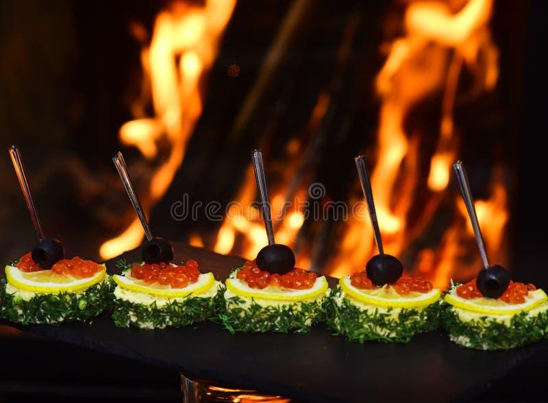 Blandad canape med kaviarbuffémat Röda kaviaraptitretare med citronen och dill Det bästa eller ingenting arkivbilder