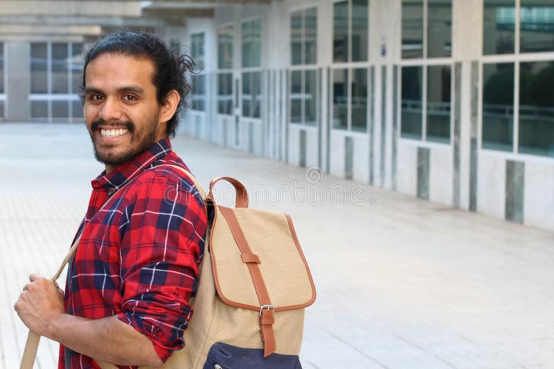 Blandad etnicitetstudent som ler på universitetsområde royaltyfria bilder