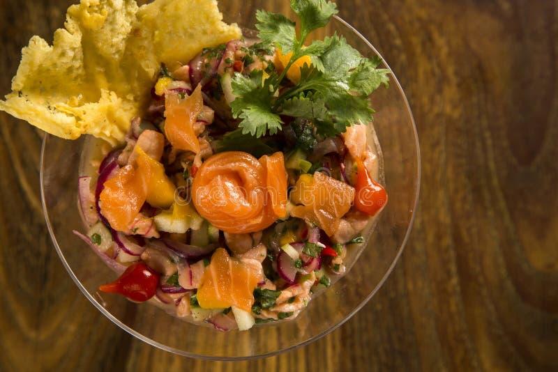 Blandad fisk Ceviche med laxen, löken och peppar Traditionell pe royaltyfri bild